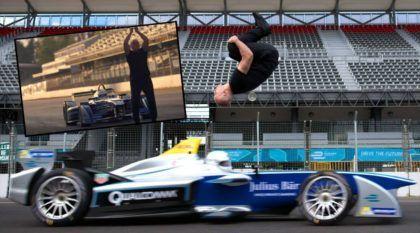 Coisa de Ninja! Esse cara deu um Salto Mortal (de costas) sobre um Fórmula em Velocidade!