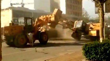Briga de Máquinas (Inacreditável) no meio da Rua! Operadores ficam furiosos e lutam usando Tratores Carregadeiras!