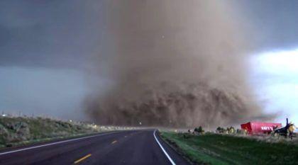 Assustador! Motorista chega muito perto de um gigantesco tornado e filma tudo!