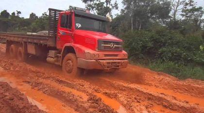 Top 10: Caminhões enfrentando barro e lama nas piores Estradas brasileiras