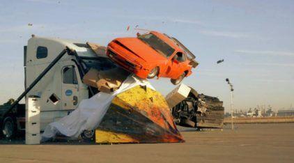 """Um Caminhão """"destruidor"""" do trânsito na sua frente? Veja como ele tira qualquer coisa do caminho!"""