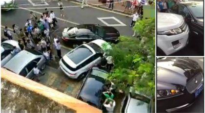 Treta impressionante: Motorista de Evoque detona um Jaguar para sair do estacionamento!