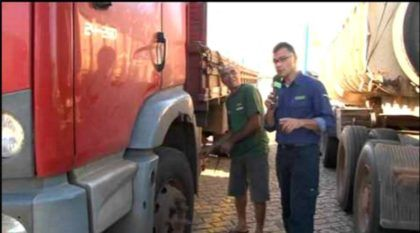 """Caminhoneiro inventa um """"curioso sistema"""" para economizar diesel (vídeo mostra detalhes)"""