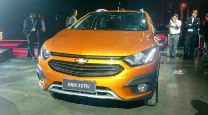 """Vídeos revelam visual reestilizado do Chevrolet Onix (incluindo versão """"aventureira"""") e do Prisma. Veja os preços e versões!"""