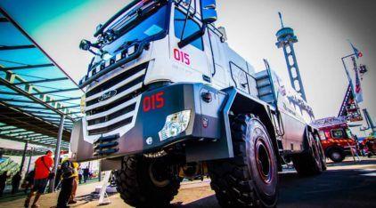 Máquina extrema: Esse é o maior caminhão de bombeiro (6x6) do mundo. Vídeo mostra detalhes!
