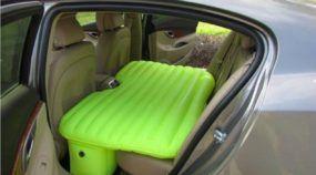Novo colchão inflável permite deitar (com conforto) no banco de trás do carro