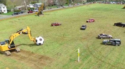 Futebol de carros? Veja essa combinação insana de Veículos em busca do Gol (com escavadeira de goleira)!