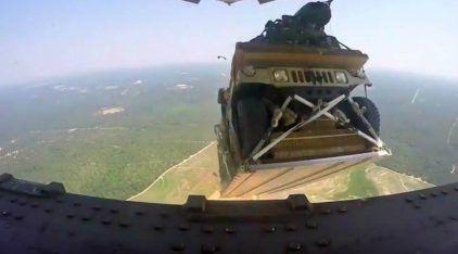 Incrível! É assim que Jipes Militares dos EUA são lançados para fora do avião!