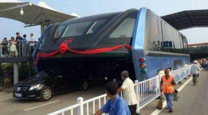 Agora é real! Vídeo revela o novo Ônibus que passa por cima de Carros (sendo testado na China)!