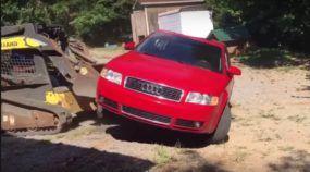 Pai furioso destrói um Audi A4 depois de flagrar filha com garoto (veja o que ele fez usando uma escavadeira)!