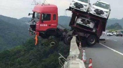 Caminhão-cegonha fica pendurado a 150m de altura (equivalente a prédio de 50 andares)