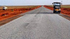 Cansados de esperar pelo governo, agricultores constroem estrada com dinheiro do próprio bolso