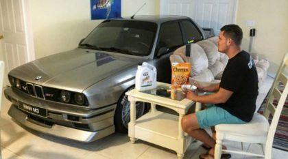 Para salvar seu BMW M3 de furacão, esse cara guardou o carro na sala de casa (veja as imagens)