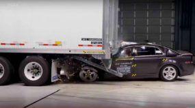 Os chocantes testes de colisão entre carros e caminhões