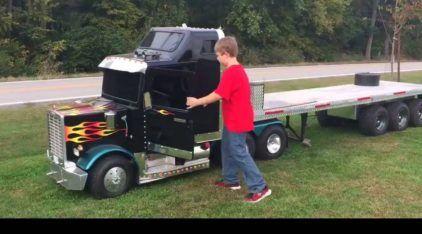 Melhor brinquedo do mundo? Veja o Mini-Caminhão (funcionando) desse garoto sortudo!