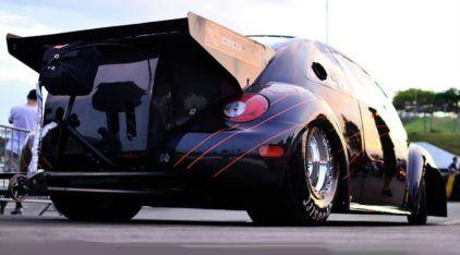 """Ele """"parece um Fusca"""", mas é o carro mais rápido do mundo (com motor a ar)"""