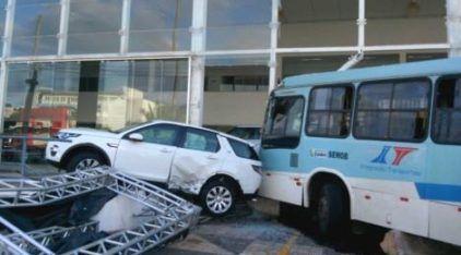 """Ônibus desgovernado invade concessionária e """"atropela"""" Range Rover Discovery (Vídeo mostra o resultado)"""