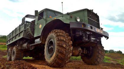 Brutalidade total: Sinta a força do KRAZ, o Caminhão Militar que encara desafios intensos