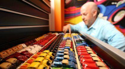 Valendo quase 2 milhões de dólares, esse cara tem a maior coleção de Hot Wheels do mundo