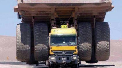 Trabalho pesado ao extremo! Vídeo mostra Mercedes-Benz Actros carregando caminhão gigante Caterpillar