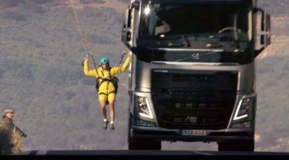 Volvo e suas maluquices: Caminhão e paraglider na primeira manobra de precisão com um peso-pesado