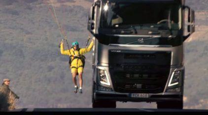 Volvo e suas maluquices: Caminhão e paraglider e a primeira manobra de precisão com um peso-pesado