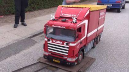 Peso pesado em escala 1:4: Scania 144 (três eixos), rádio controlado e repleto de detalhes incríveis