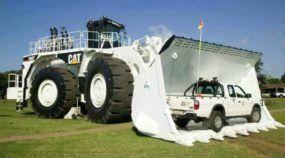 Monstruoso, esse é o maior Trator Pá Carregadeira da Caterpillar no mundo (que carrega 45t e tem 1.763cv)