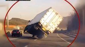 Motorista de Caminhão faz manobra milagrosa (e evita tragédia) no meio da estrada