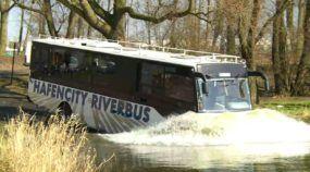 Vídeo revela o inacreditável primeiro ônibus anfíbio alemão (capaz de navegar em rio)
