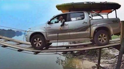 Haja coração e coragem! Momentos de tensão com Toyota Hilux atravessando ponte de madeira