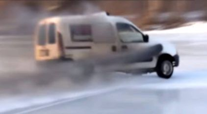 Diversão na neve em Renault Kangoo com motor Mercedes de 500 cavalos (diesel turbo)