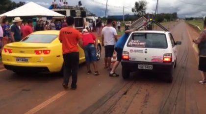 Mito em ação! Fiat UNO (com escada no teto) deixa na poeira Camaro amarelo em arrancada