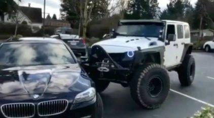 Dono de JEEP fica furioso e empurra BMW que estacionou ocupando duas vagas