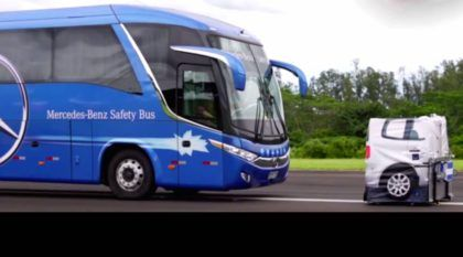 Ônibus inteligente no Brasil? Modelo da Mercedes-Benz freia sozinho, tem radares e muita tecnologia