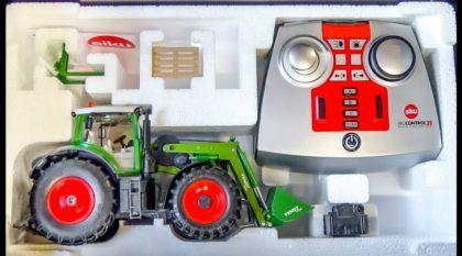 Vídeo TOP: Veja esse Trator RC saindo da caixa e carregando um Caminhão com terra pela primeira vez