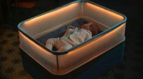 Fazer o filho dormir é um drama presente em muitas famílias, que apelam para o famoso passeio de carro para ninar seus bebês. Conheça o berço que simula os movimentos, sons e luzes do passeio de carro.