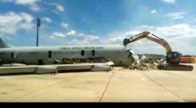 Vídeo: Escavadeira destrói um Boeing 707 da FAB