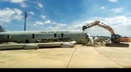 Vídeo: Escavadeira destrói um Boeing 707 da Força Aérea Brasileira
