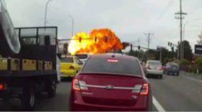 Câmera em carro flagra queda assustadora de Avião em avenida nos Estados Unidos