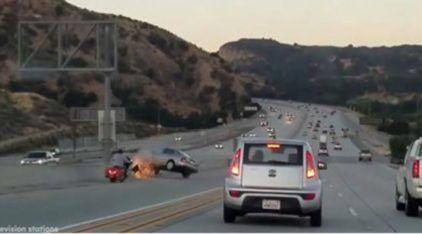 Motociclista chuta carro (em briga na estrada) e desencadeia acidente em série