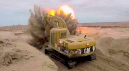 Perigo extremo no campo minado: Vídeo flagra como é a vida desse operador de escavadeira (em área com minas terrestres)