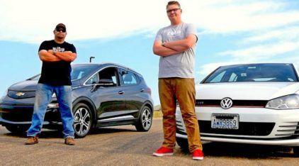 Eletricidade ou Combustão? VW Golf GTI é desafiado na arrancada pelo Chevrolet Bolt EV