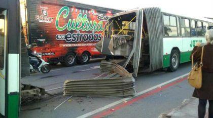 Susto: Vídeo flagra ônibus articulado se despedaçando (e partindo-se ao meio) em Santa Catarina
