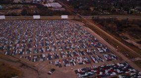 Em estádio abandonado, vídeo flagra milhares de carros da Volkswagen (recomprados pela marca após escândalo)