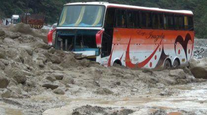 Viagens extremas: Ônibus enfrentam impressionantes deslizamentos de terra (e alagamentos) no Peru