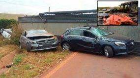 Caminhão Cegonha capota e destrói diversos carros 0km da Mercedes-Benz em SP