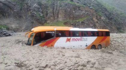 Vídeo: Ônibus enfrentam impressionantes deslizamentos de terra (e alagamentos) no Peru