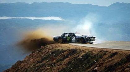 Depois de quase cair em precipício, Ken Block mostra porque é um mito (com Mustang de 1.420 cv) em Pikes Peak