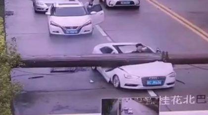 Flagra: Poste desaba brutalmente sobre Audi A3 (e motorista escapa por poucos centímetros)